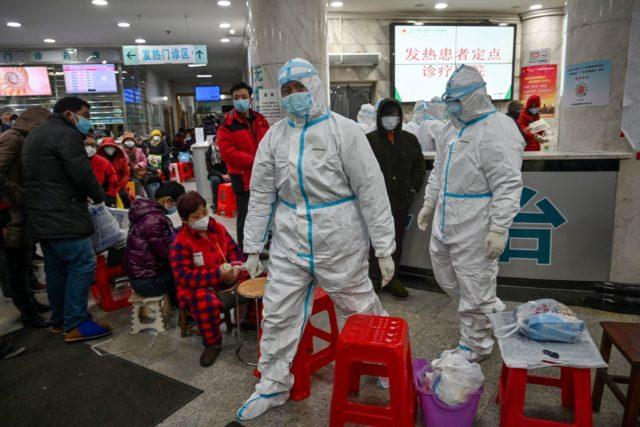 1月25日,病患在武汉市红十字会医院排队等候医疗救治。(HECTOR-RETAMAL-AFP-via-Getty-Images)-640x427-1-1